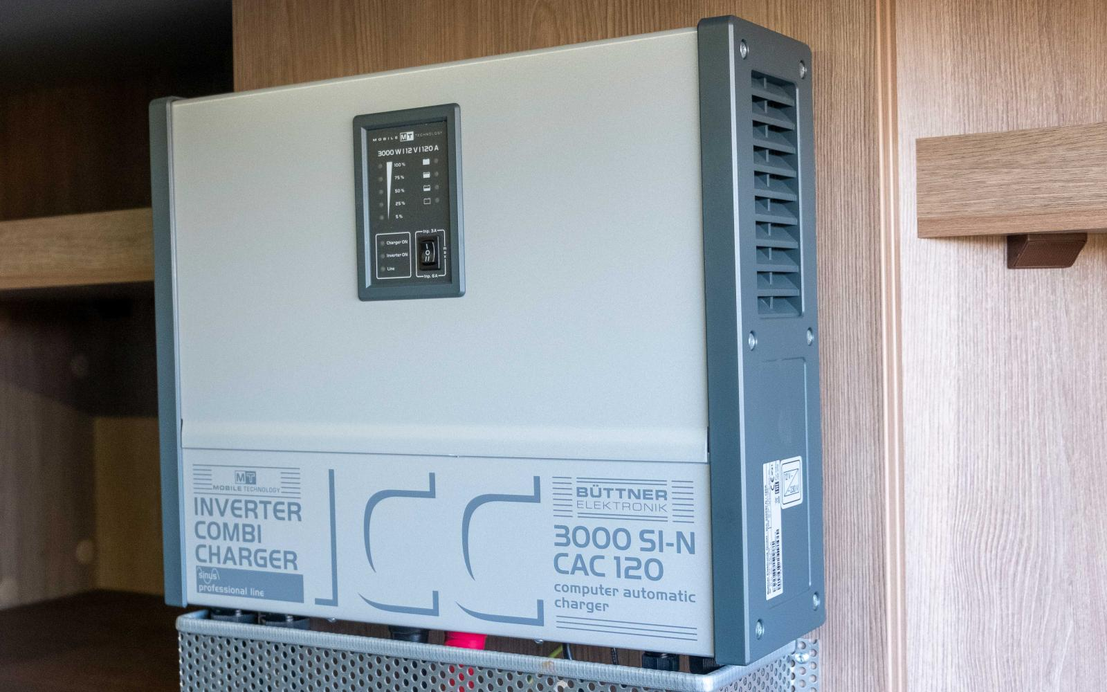 Inverter som omvandlar batteriernas ström till 230V.