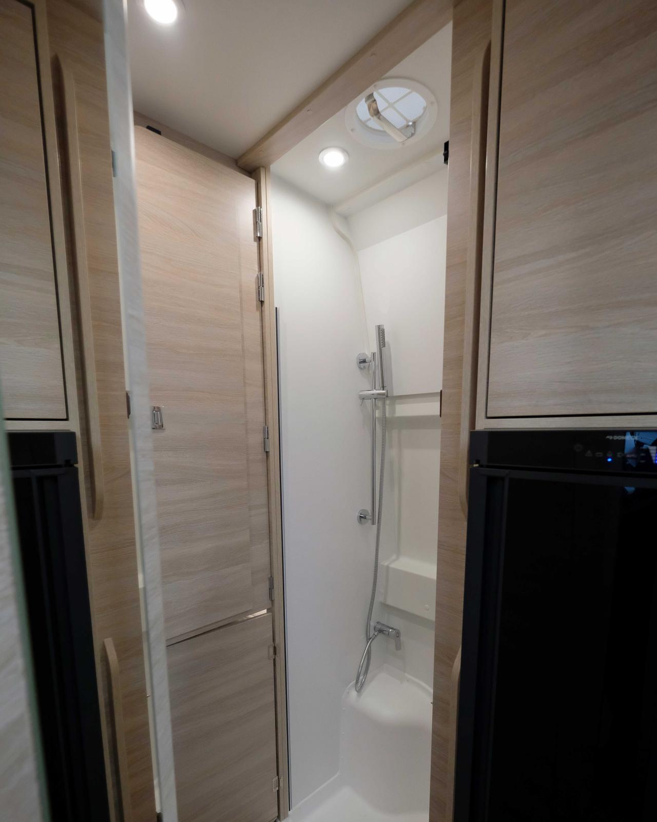 Tack vare dörrar kan hygienutrymmet bli ett eget rum. Garderoben sitter på gångjärn och svängs in i duschkabinen.