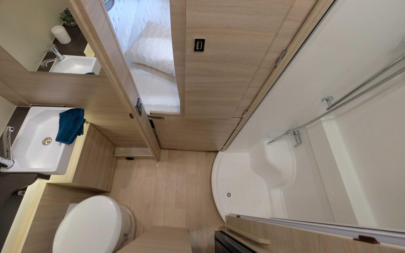 Handfat/wc på ena sidan mittgången och dusch på motsatt sida.