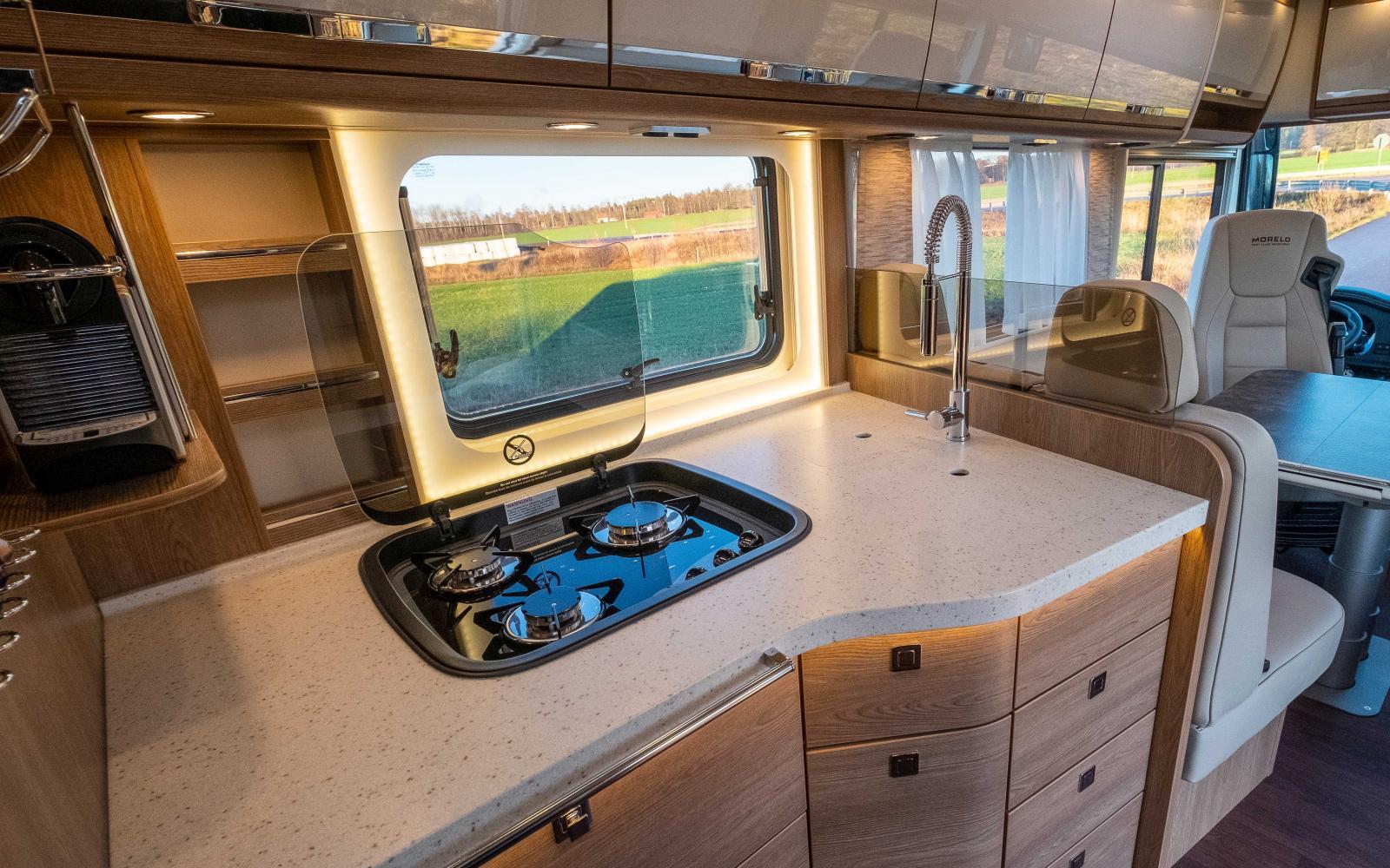 För en gångs skull finns det gott om arbets- och avställningsyta i köket. Köksbänken är av kompositmaterial som liknar marmor.