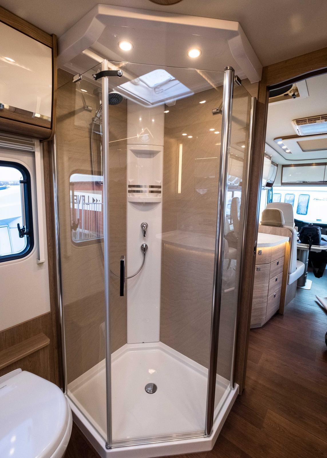 En duschkabin som lika gärna kunde stå hemma i villan, lägenheten eller varför inte i en svit? Det är klar hotellfeeling.