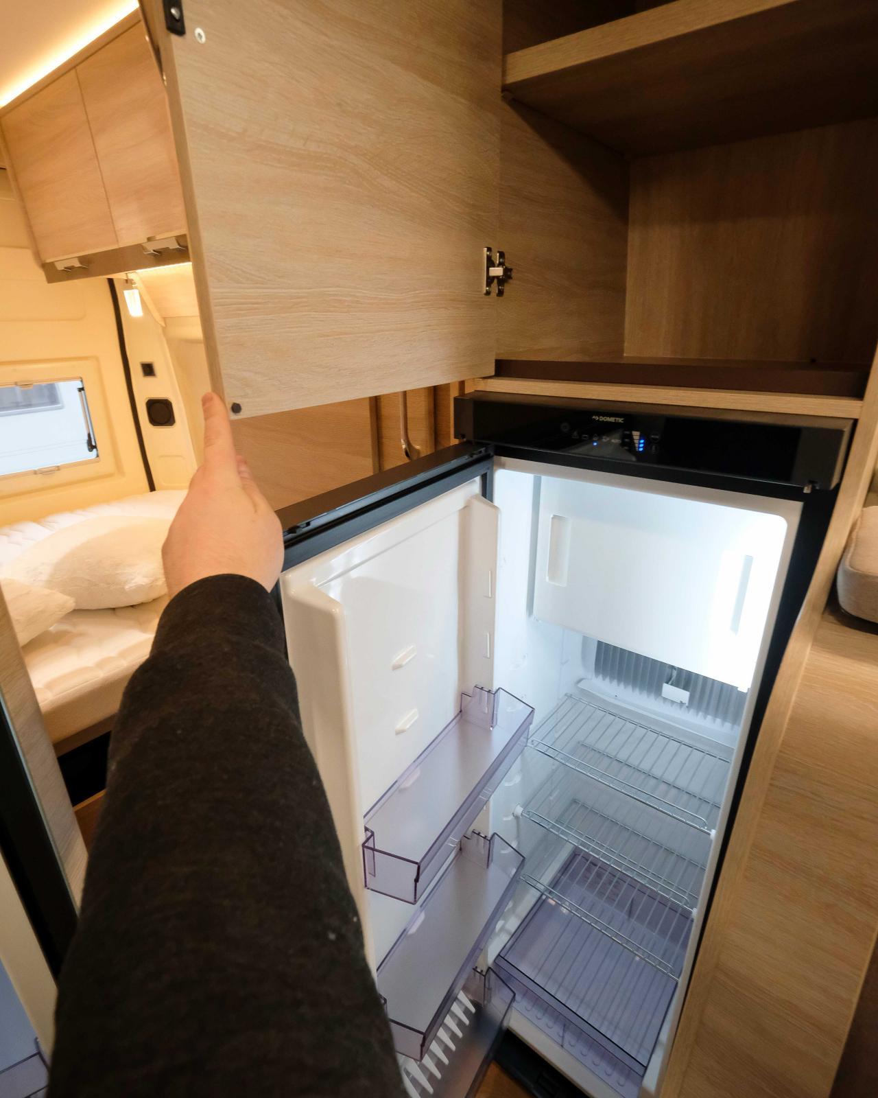 Golvplacerat kylskåp på 133liter inklusive frysfack räcker till för de flesta familjer.