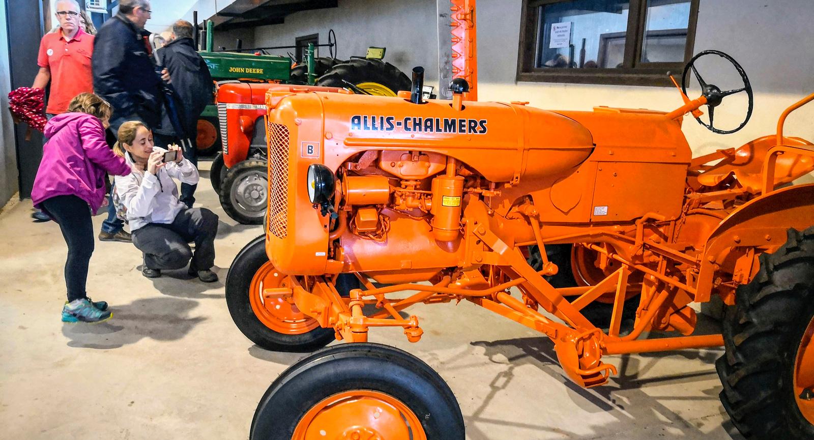 Museum med traktorer och andra jordbruksredskap finns på gården. Vi gick en guidad rundtur med filmvisning, besök i stall och museum. Fem euro.