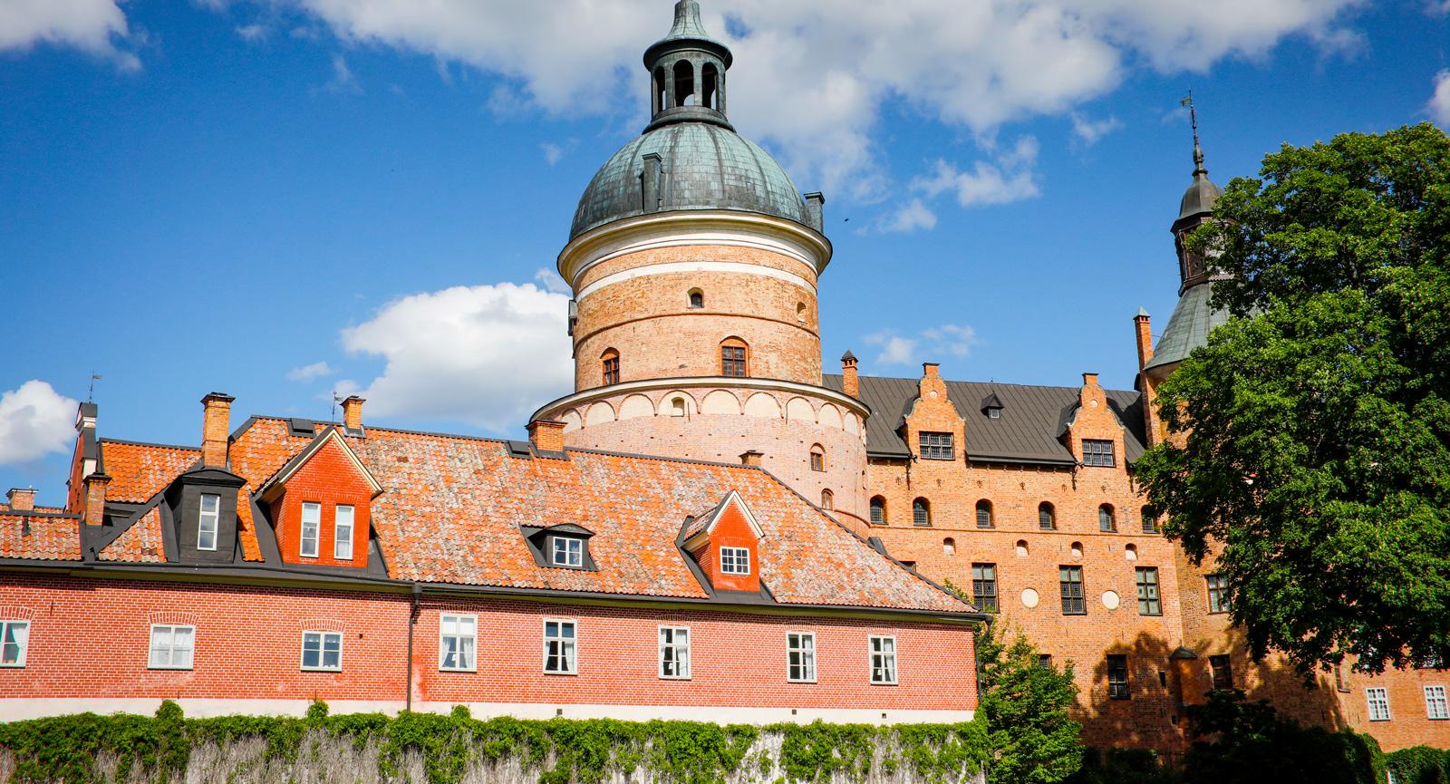 Gripsholms slott ligger vackert ända inne i Mariefred.