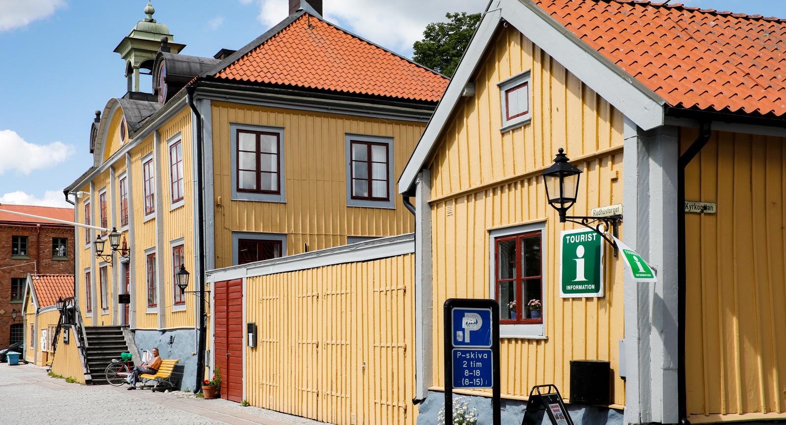 I rådhuset på torget finns numera stans bibliotek. Turistbyrån ligger i flygeln.