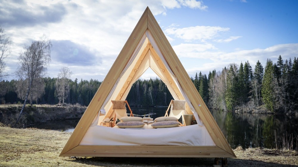 Happie Camp i Värmland erbjuder i år nya glampingtält i trä. Glampingtälten ligger privat i naturen och är bekvämt inredda med inredningsdetaljer från den kungliga hovleverantören Klässbols Linneväveri.
