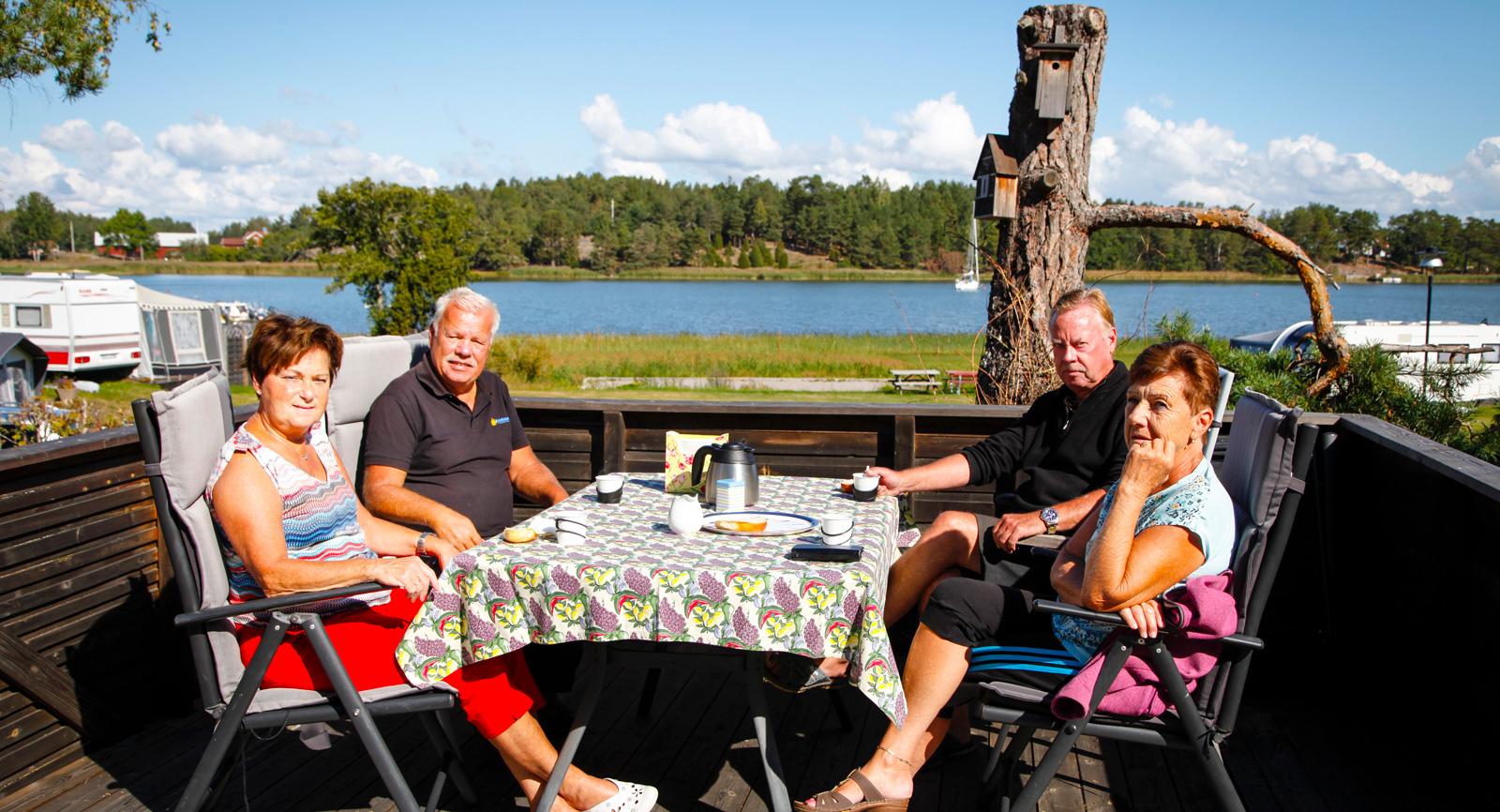 Säsongarna Ulf och Ann-Cathrine Nyqvist (t.v.), tar en fika med Anders Frick och Britt-Marie Kratz.