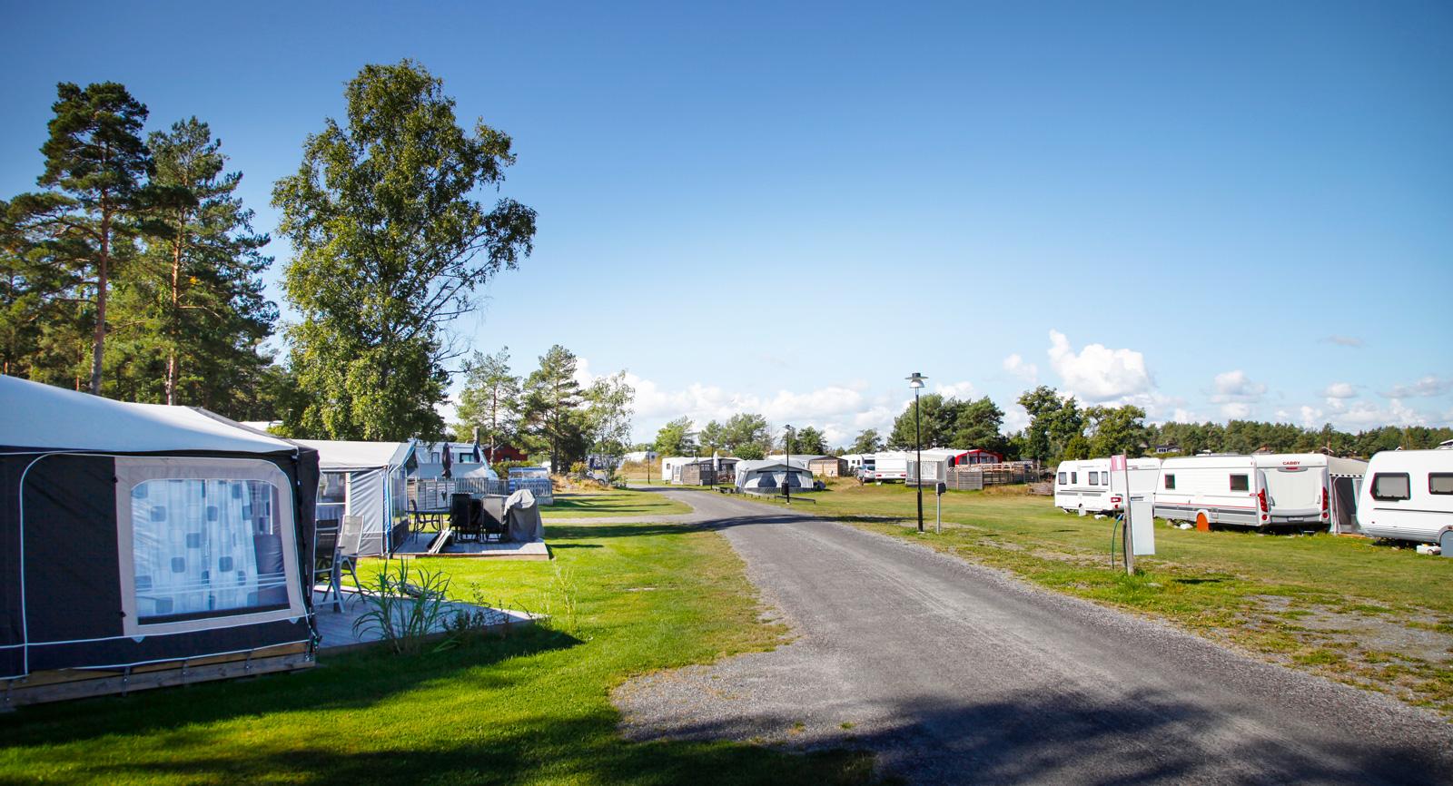 Grusvägen går genom campingen och sedan vidare in i Arkösunds samhälle.