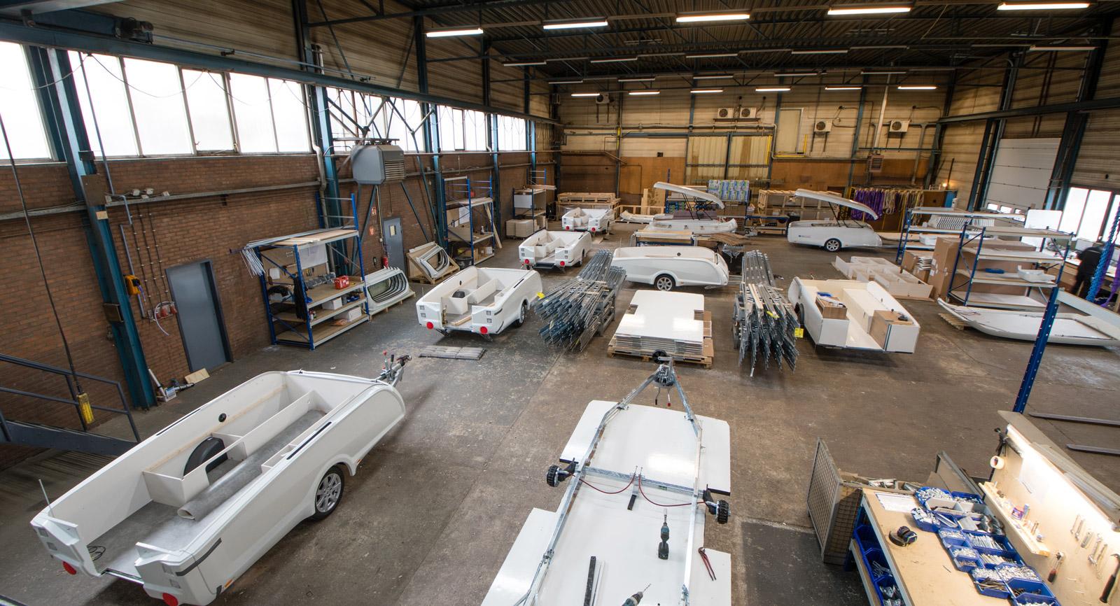Tillverkningen av vagnarna sker på sju olika stationer  i Easy Caravannings fabrik i Nederländerna.