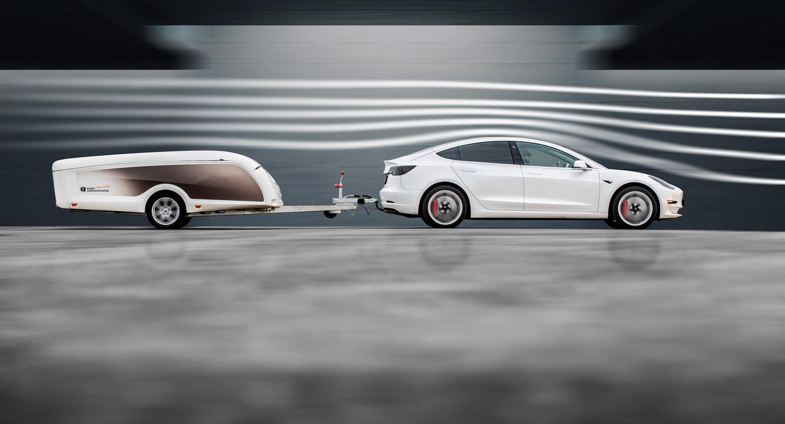 Det låga luftmotståndet gör att elbilar klarar sig förhållandevis långt, trots kopplad vagn bakom. Bränslebilar likaså.