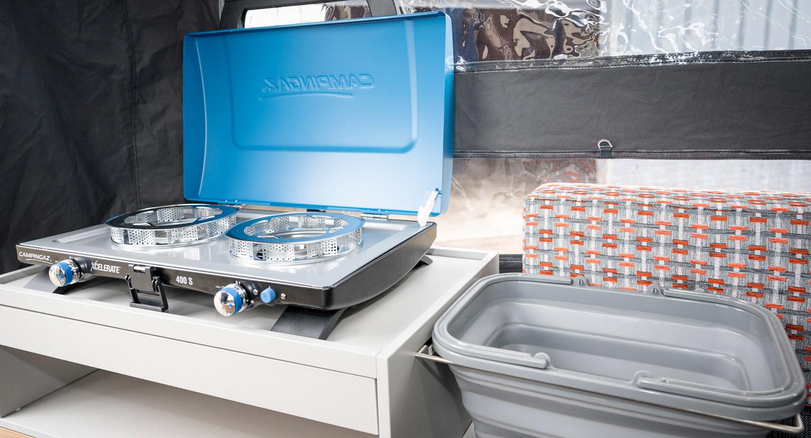 Köket är mycket enkelt utformat med en spis och diskbalja som även kan placeras utanför vagnen om man vill.