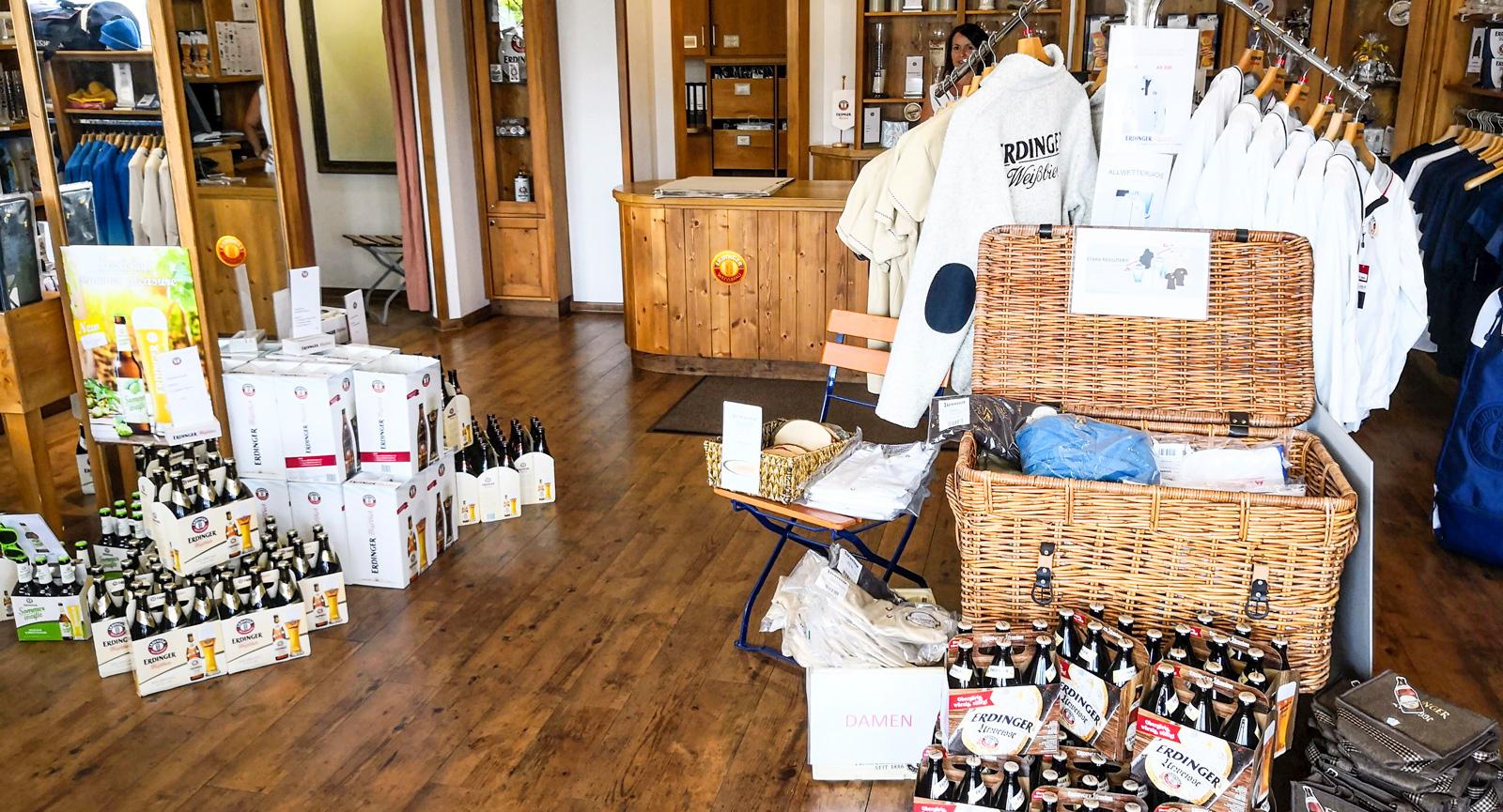 Butiken vid bryggeriet är fylld av allsköns prylar för  fans av vete-ölet.