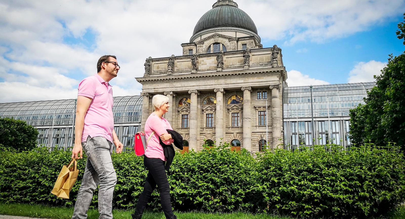 Kanslibyggnaden är en av många arkitektoniska pärlor i München. I parken finns också minnesmonumentet över de som föll offer i världskrigen.