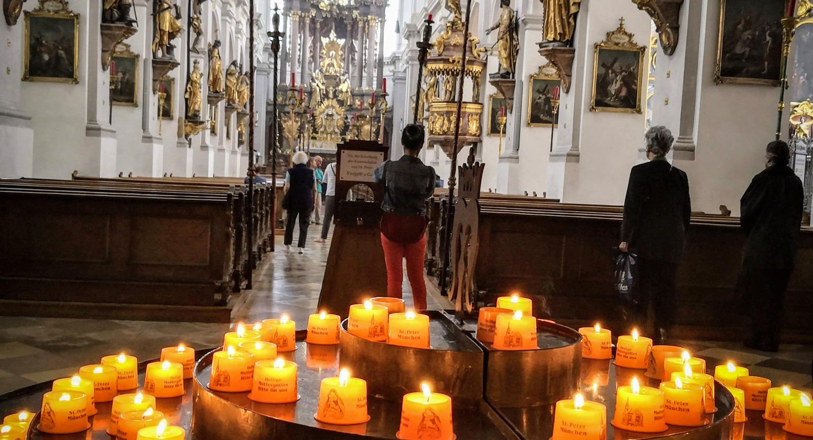 Ljus som tänts i vackra Frauenkirche. En svalkande och lugn oas.