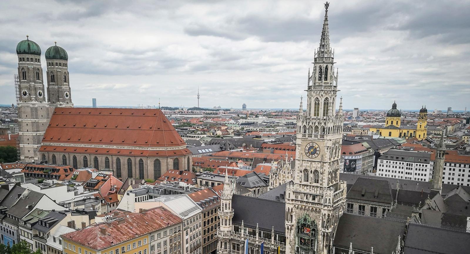 München har inga skyskrapor. Det är egentligen bara Frankfurt som har detta i Tyskland. Rådhustornet är 80meter högt.