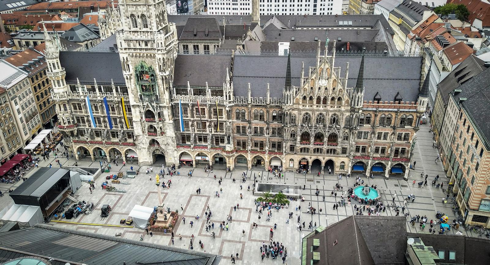 Torget Marienplatz vid världsberömda rådhuset med sitt klockspel tre gånger per dag.