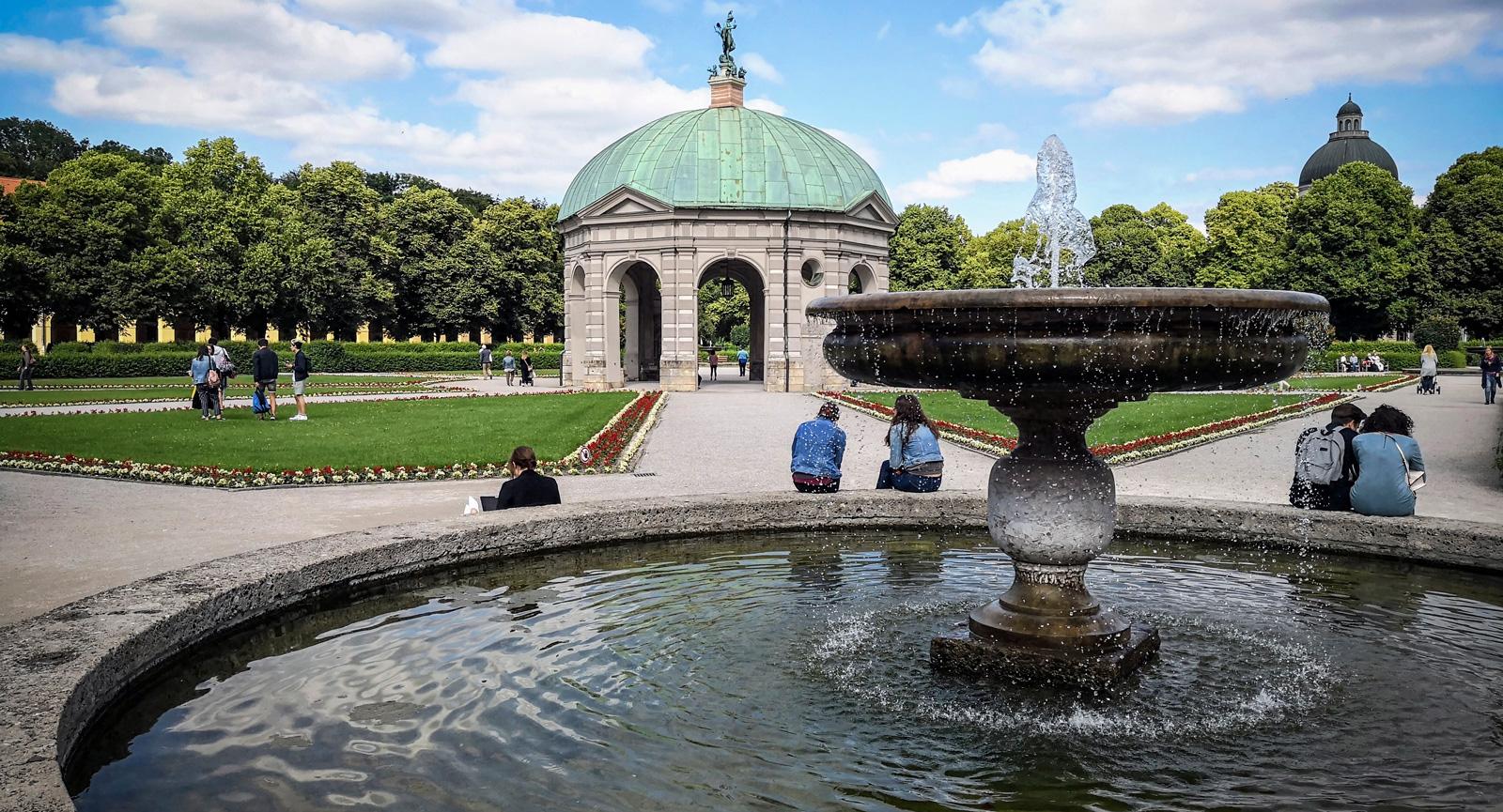 Hofgarten är en centralt belägen park där många tar en paus.