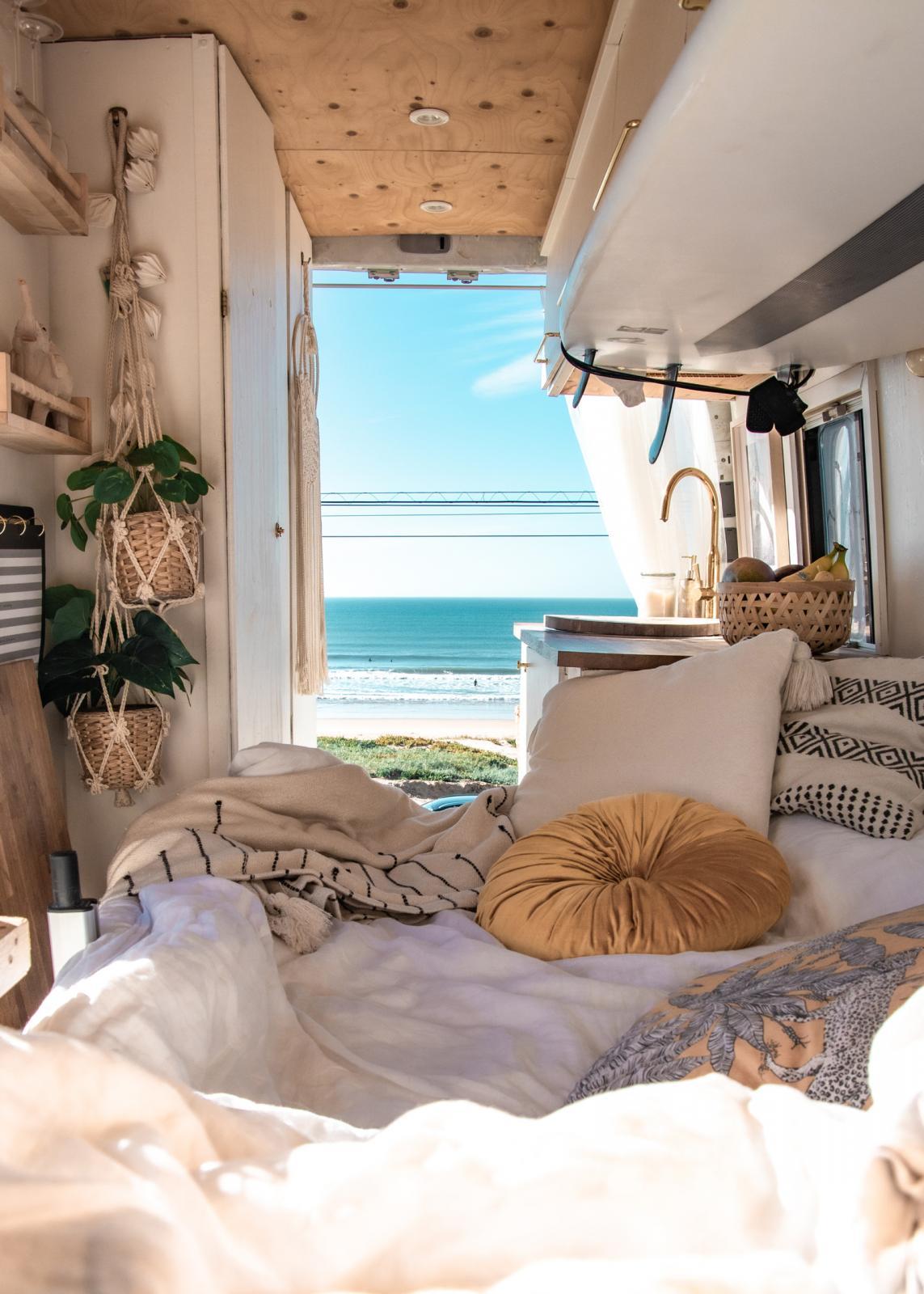 Soffan bäddas ut till en säng nattetid och med bakdörrarna öppna kan man ta en siesta till denna magnifika vy.