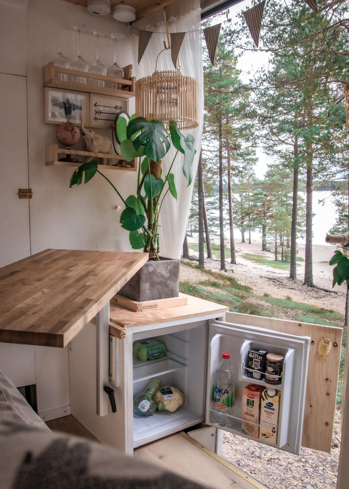 Litet kylskåp som rymmer de nödvändigaste varorna.