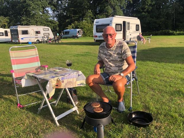 Jörgen i grilltagen på campingen i Isernhagen. Trevligt ställe där vi kunde pusta ut efter en dryg första resdag på autobahn.