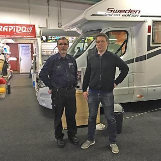 Fr.v. Kari Korkala och Marko Korkala hade precis undertecknat avtalet för den nya fastigheten när Husbil & Husvagns chefredaktör Jimmie Öbom hälsade på i Kalix.
