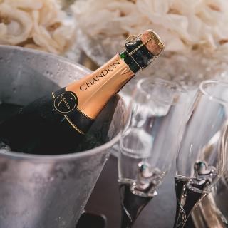Dags för ett glas champagne efter det Norge bestämt sig för att godta det svenska undantaget för tung husbil!