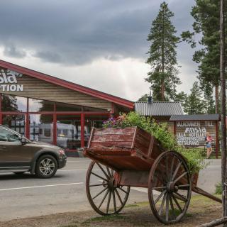Infarten till Lapplands populäraste campingplats som har hela 400 husvagnsplatser, hotell och stugor på området.