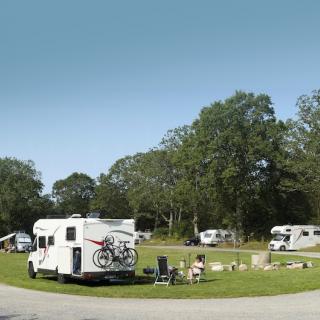 Med bara fem-sex husbilar och några vagnar på plats känns det luftigt och lugnt.
