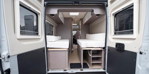 Enklare förvaring med hyllor under sängen. Bakom luckan finns gasolfacket.