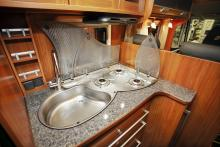 Även om utrymmet är litet så räddas situationen av glasluckor i flera delar som underlättar matlagningen.