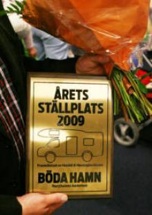 Prisplaketten, designad av Maria Andersson, formgivare på tidningen Husbil & Husvagn.