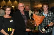 Husbil & Husvagns chefredaktör delade ut priset till representanterna för den vinnande ställplatsen Böda Hamn, Tore och Robin Johnsson.