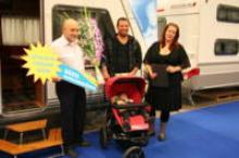 Vinnaren av Årets Barnkammarlösning blev Knausbarnkammarvagn Royal 680 UFK. Thomas Hägg, platsansvarig på Husvagnsspecialisten i Uppsala, fick ta emot priset. Familjen Edlund var enväldiga domare.