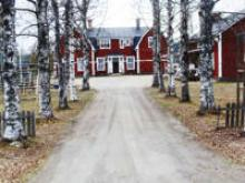 Vid Besjö Gamla skola i samhället Bensjö en bit från E14.