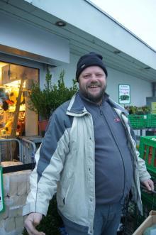 Hans-Jörgen utanför sin Sparbutik i danska Skotterup.