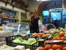 Greve in Chianti är överreklamerat tycker jag. Och dyrt så klart eftersom det är så många turister här. Här handlar jag en näve oliver för 4 euro.