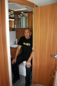 Fina material i toaletten men lite tajt bakom stolen för en större person.