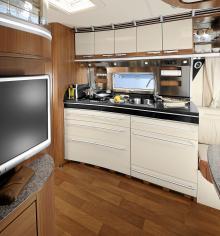 Köket har vita luckor och gedigen köksbänk.
