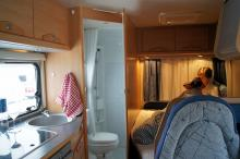 Planlösningen är öppen och hela bodelen är som ett enda rum. Toalettutrymmet har egen duschkabin och väggar som klarar väta. Köket har en lucka över spisen men ej över diskhon.