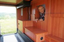 Från bodelen finns en liten lastlucka till det stora lastutrymmet. Laikakillen Enrico Giachetti kikar fram.