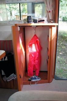 Den halvhöga garderoben är också en perfekt hallmöbel för småprylar.