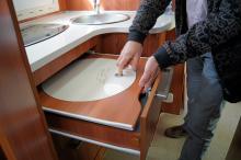 Locket i diskhon kan tjänstgöra som en extra skärbräda.
