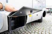 Det finns flera förvaringsutrymmen längs bilens sidor. Alla i tåliga rostfria material.