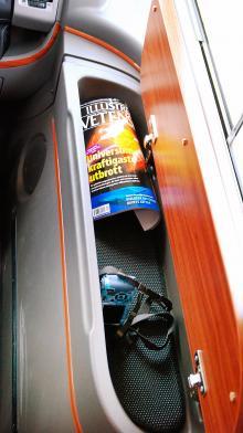 Passagerarsidan har ett smart förvaringsfack under ett trälock vid fönstret.