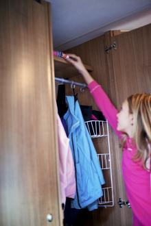 I flera av skåpen finns trådhyllor vilket gör att även mindre plagg har sin plats.