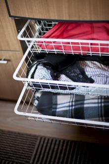 Trådbackar under kylskåpet är smart och praktiskt.