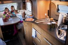 Köksbänkens storlek begränsas en aning i hörnet av entrégarderoben men i det här fallet är det en förståelig prioritering. Glasluckor över diskho och spis samt dubbla skärbrädor ger extra arbetsytor. Här finns även både köksfläkt och köksfönster.