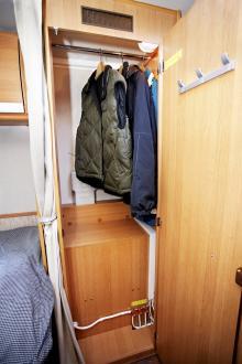 Bra med krokar i garderoben när det blir dags att byta från myskläder till kostym.
