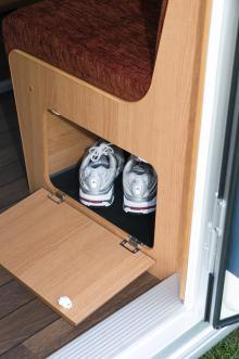 Skoskåp under soffan är bra så att man slipper snubbla på alla dojor som brukar samlas på hög innanför entrédörren.