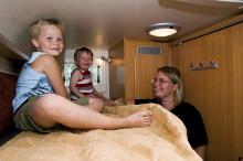Högst upp i våningssängen trivs Isak, 7 år, och brorsan Axel, 2 år. Mamma Sofie får snällt vänta nere på golvet.